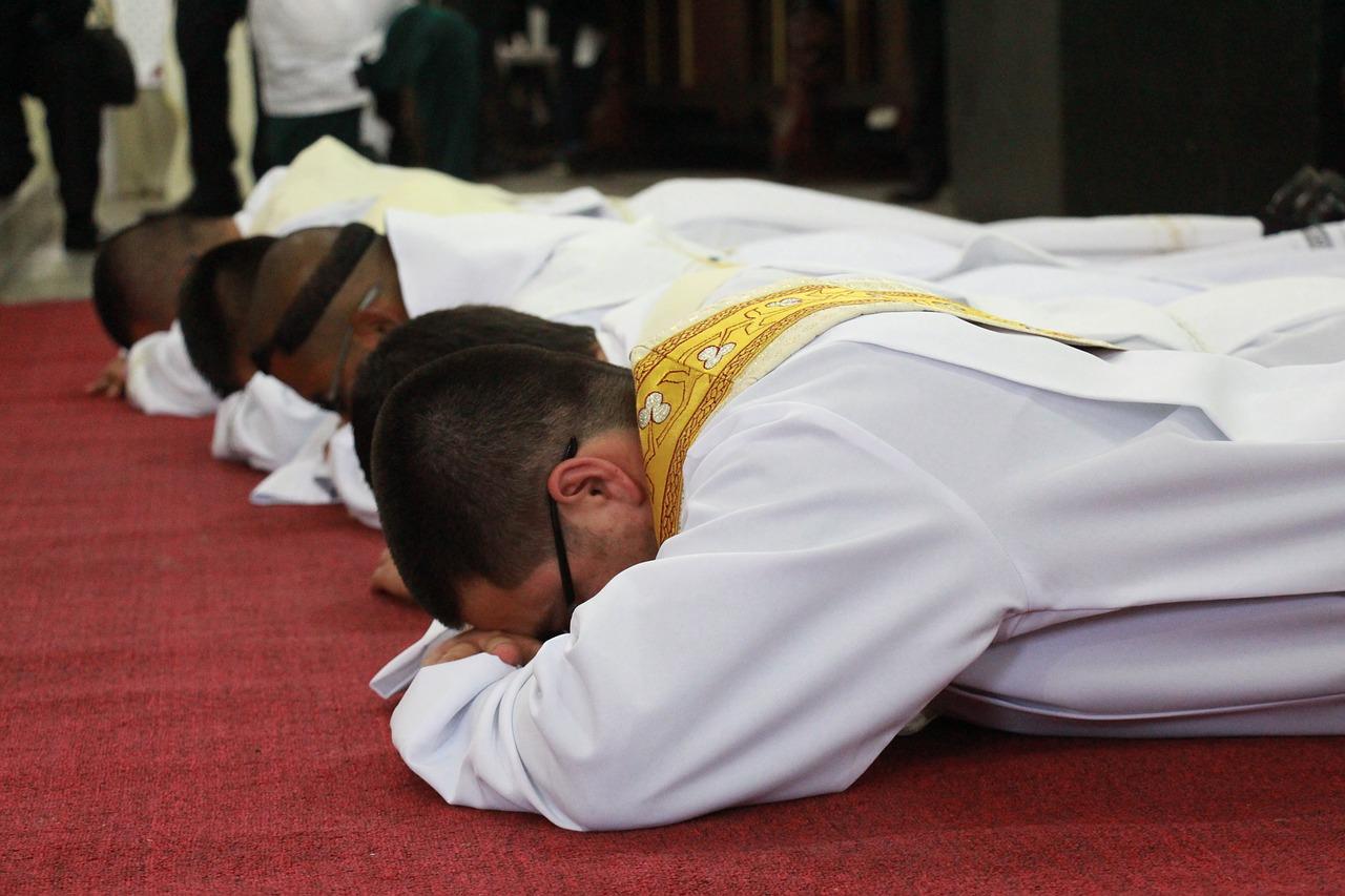sacerdote, diácono, iglesi